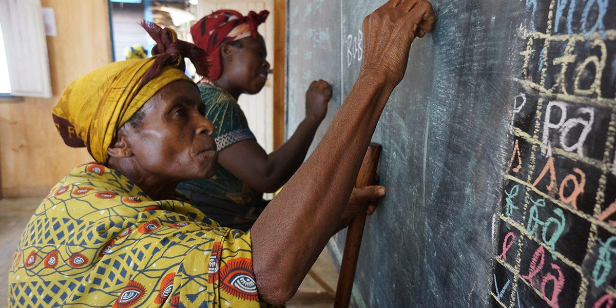 Estudiantes adultas aprenden a escribir en el Centro de Formación del Campamento de Lubushere en los alrededores de Masisi.