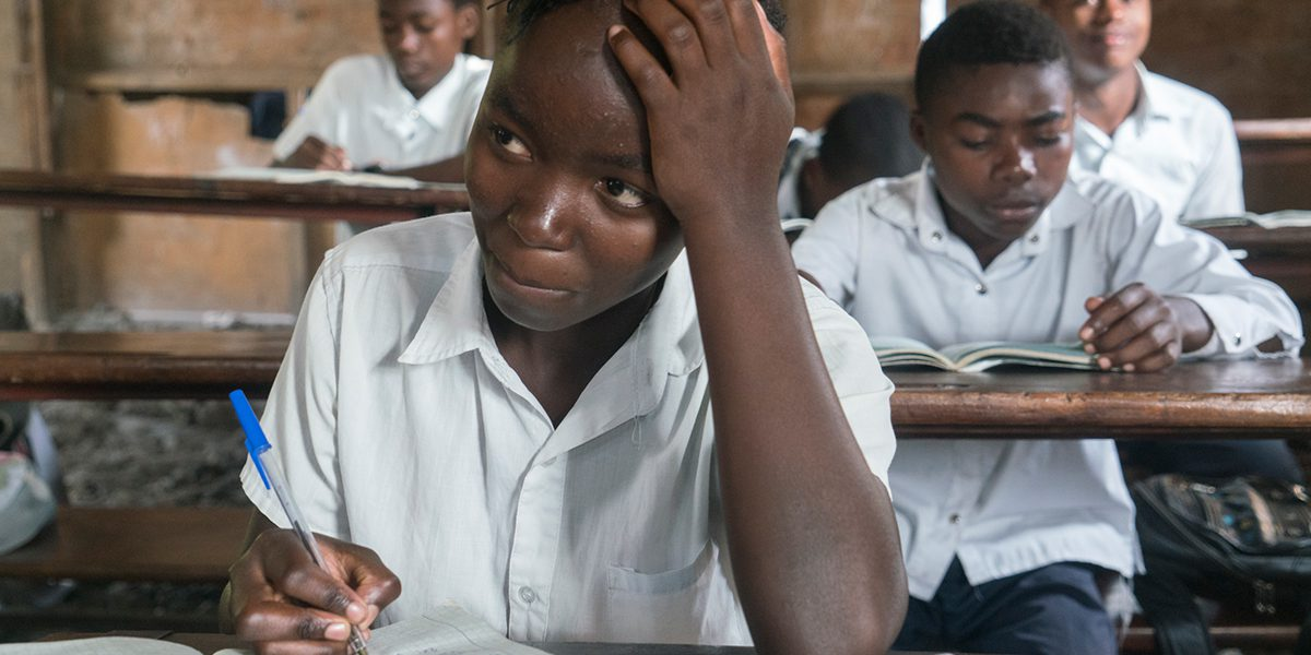 Un estudiante participa en la clase de matemáticas en una escuela en Goma construida y apoyada por el JRS.