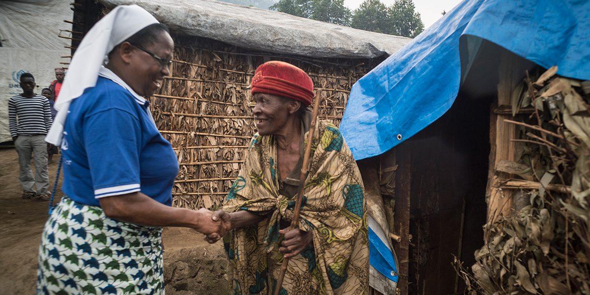 La hermana Regina Missanga visita a Cecilia, una desplazada interna a la que el JRS apoya con vivienda.