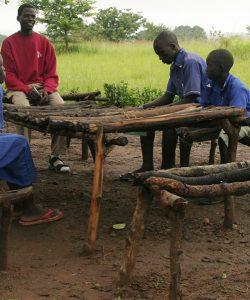 Un enseignant guide les étudiants en résolution de conflit à Kajokeji, Soudan du Sud (Service Jésuite des Réfugiés)