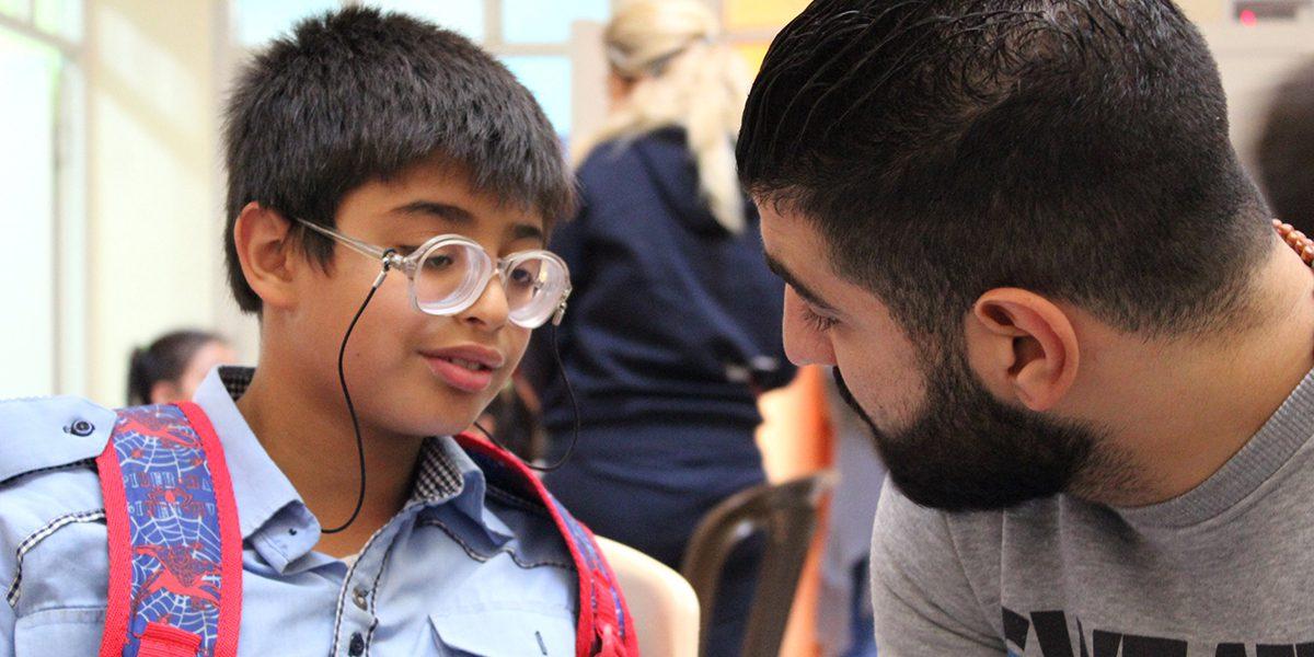 Le personnel du JRS à Damas a accompagné Ammar à une opération chirurgicale qui lui a permis de rouvrir les yeux.