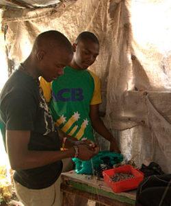 Des réfugiés participent à une formation en vue du gagne-pain, en Ouganda.