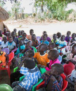 Niñas y niños asisten a una clase en la escuela de Gulawein, en Maban, Sudán del Sur.