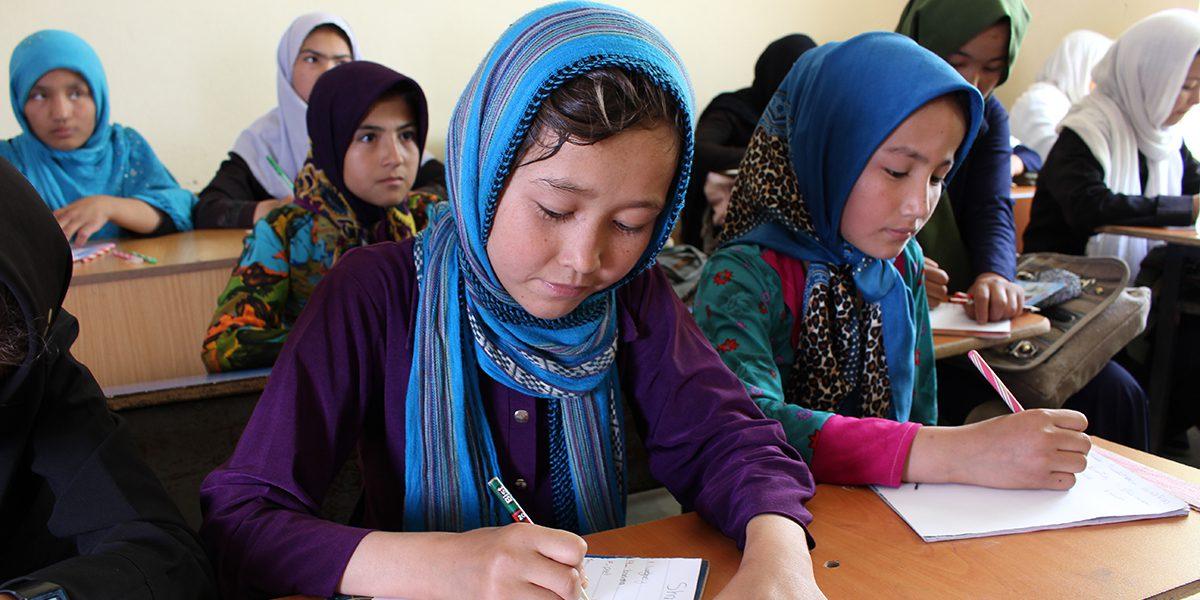 Niñas que asisten a clases de inglés en Herat, Afganistán.