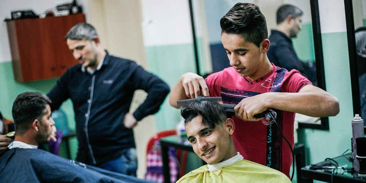 Curso de barbero en el centro JRS FVDL en Bourj Hammoud, Líbano.