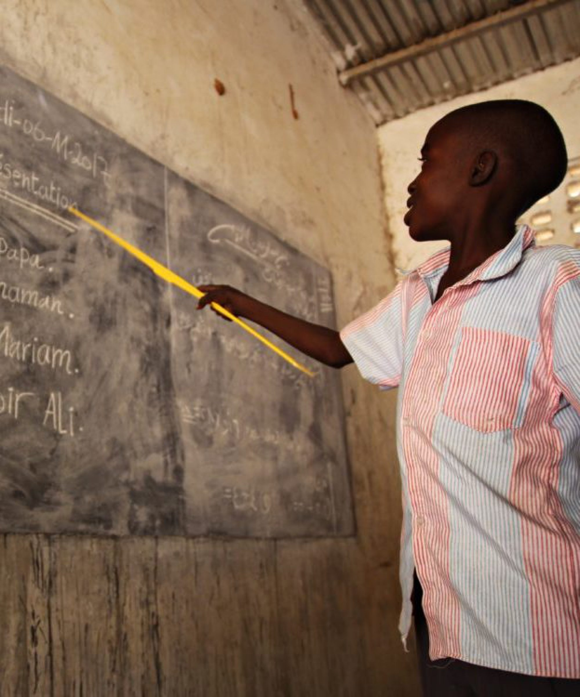 Des étudiants réfugiés suivent des cours au Tchad.