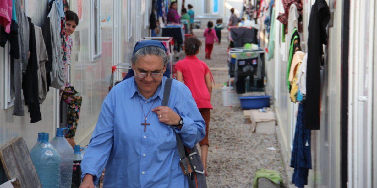 La Hna. Raja realiza visitas domiciliarias para evaluar las necesidades de las familias que viven en los asentamientos informales de Erbil.