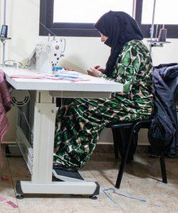 Des femmes déplacées suivent un cours de couture au Liban