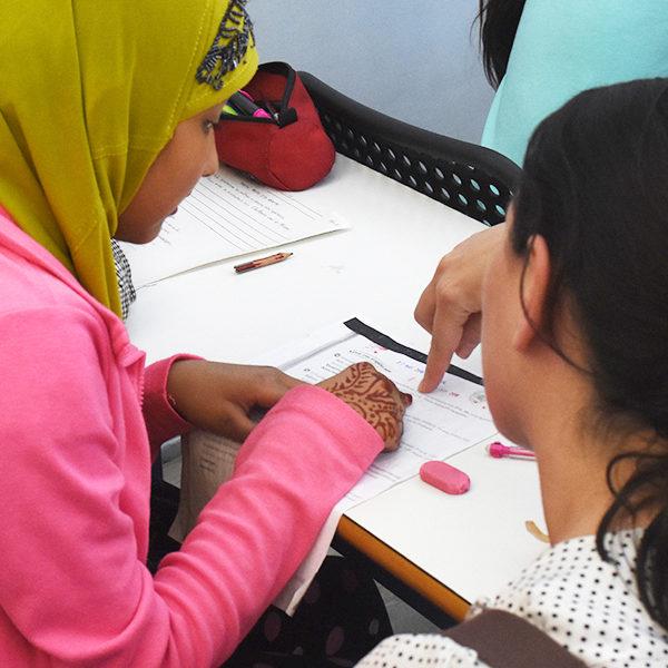 Un profesor ayuda a estudiantes refugiados en Atenas, Grecia