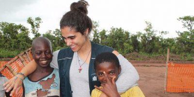 Ana Paula con dos hijos refugiados.