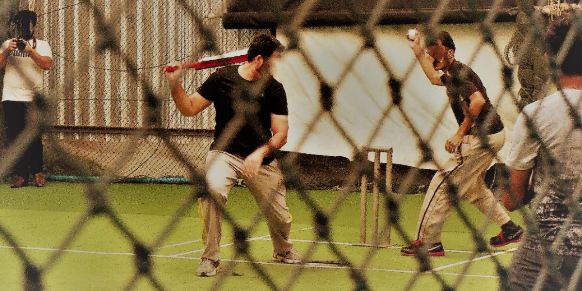 Refugiados paquistaníes jugando al cricket en Bangkok. (Servicio Jesuita de Refugiados)