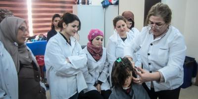 Avin et d'autres filles aux cours de coiffure organisés par le Centre (Kristóf Hölvényi / Service Jésuite des Réfugiés)