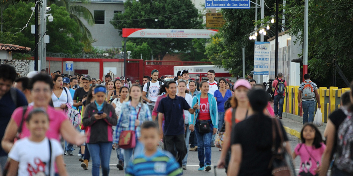 Venezuelans crossing the border with Colombia