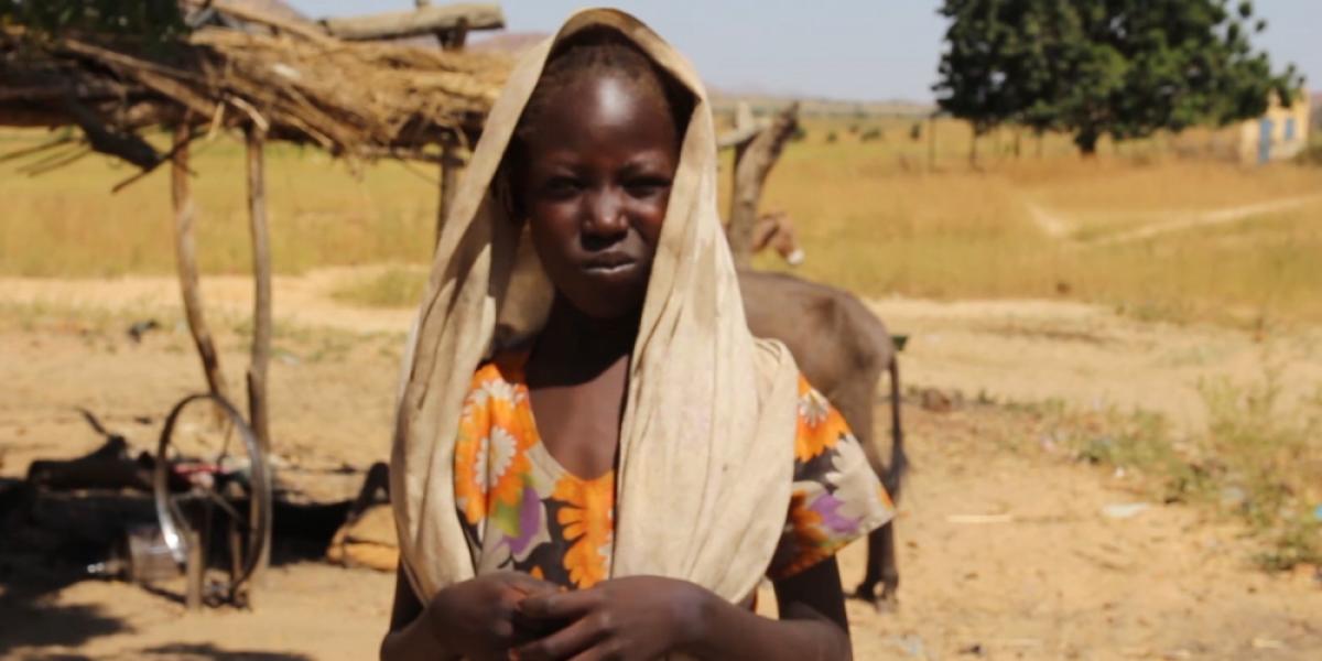 Djamila est une jeune réfugiée soudanaise vivant dans l'est du Tchad, grâce au programme de protection de l'enfance de JRS, elle est maintenant de retour à l'école. (Service Jésuite des Réfugiés)