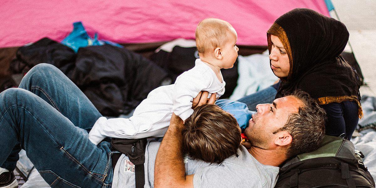 Une famille pose en face de leur tente.