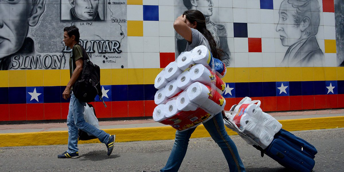 Venezueln woman returns home after buying essential goods in Colombia