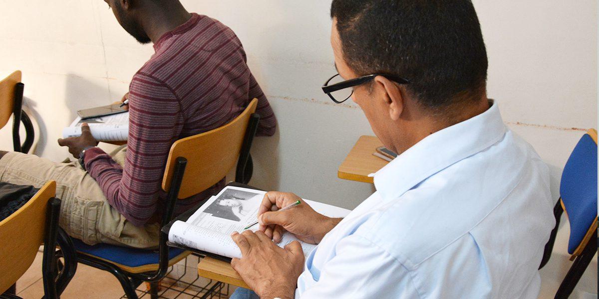 Des étudiants du cours avancé de langue anglaise renforçant leur vocabulaire dans un des Centres d'éducation supérieure de JRS à Amman (JRS)