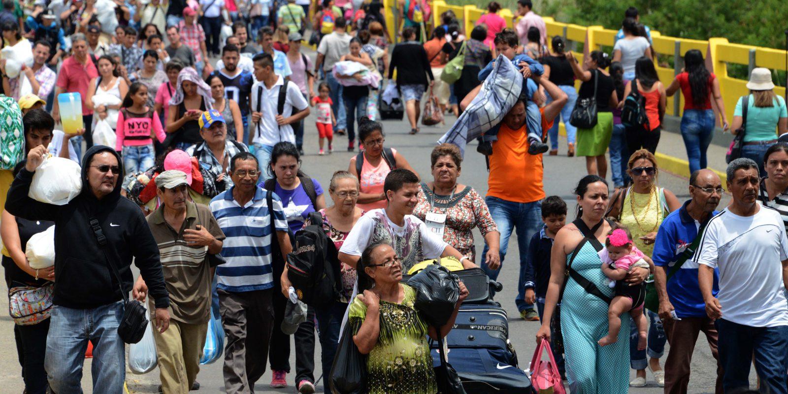 Venezolanos cruzando la frontera con Colombia.