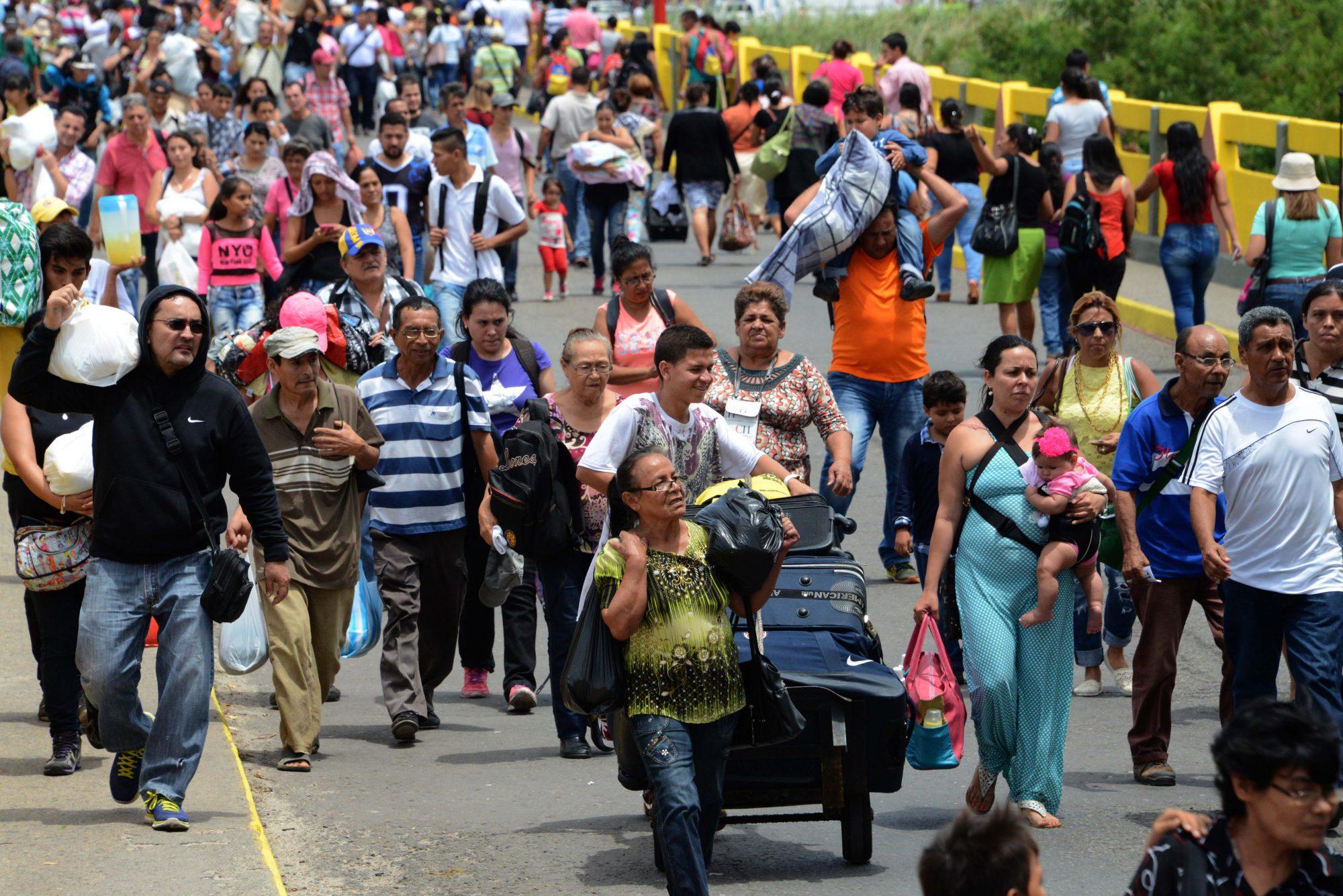 Les vénézuéliens traversent la frontière avec la Colombie.