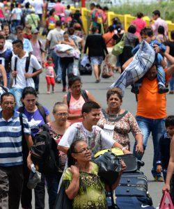 People crossing the border between Venezuela and Colombia.