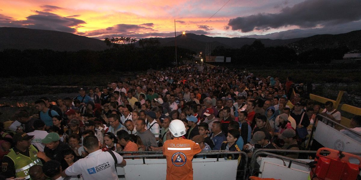 People crossing the border between Venezuela and Colombia.