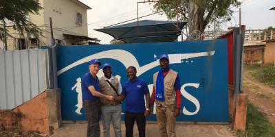 El P. Smolich SJ con el personal del JRS en Dundo, Angola. (JRS)