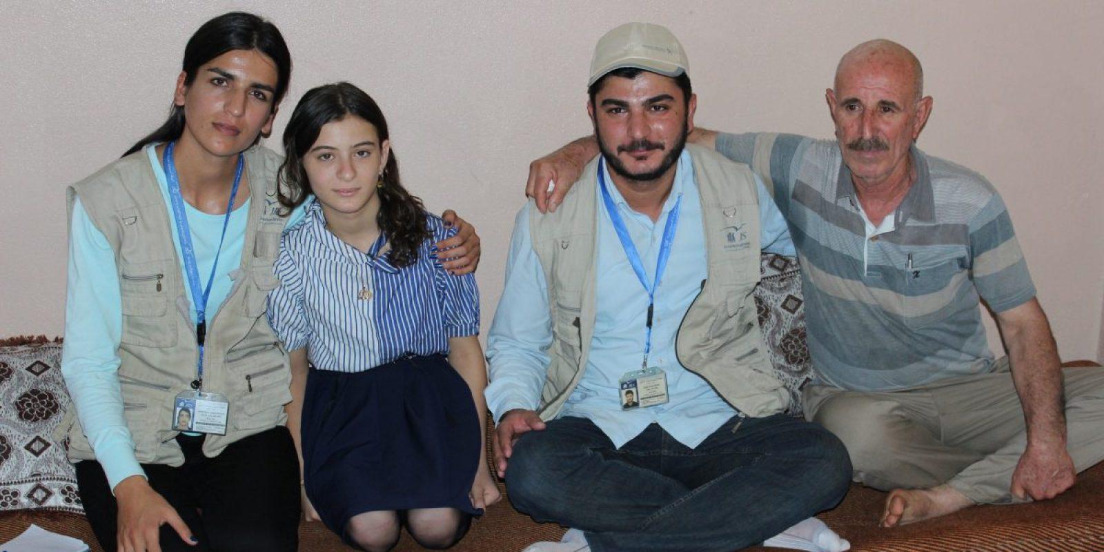 Khudeda y su hija con voluntarios del JRS. (Servicio Jesuita de Refugiados)