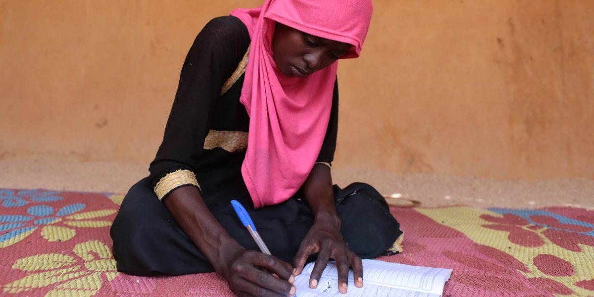 A young woman studies in Chad (Sergi Camara)