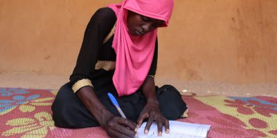 A young woman studies in Chad (Sergi Camara)