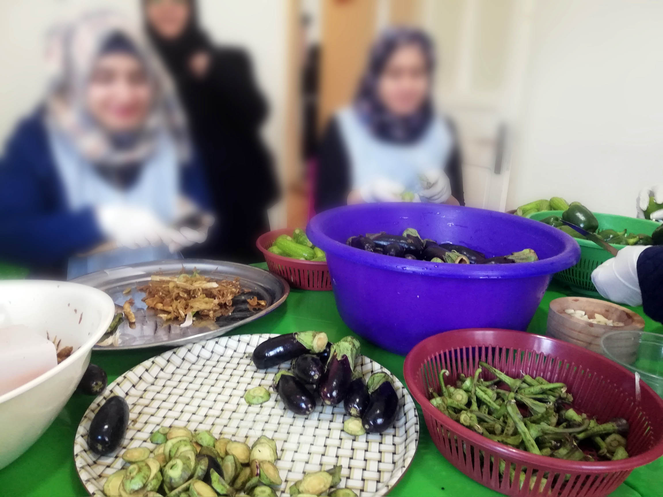 The women come together to prepare food and share stories from home. (Jesuit Refugee Service)