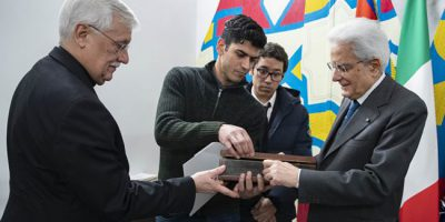Mohammed, a refugee from Egypt, gives a present to the President of the Italian Republic for the inauguration of the new Matteo Ricci centre.