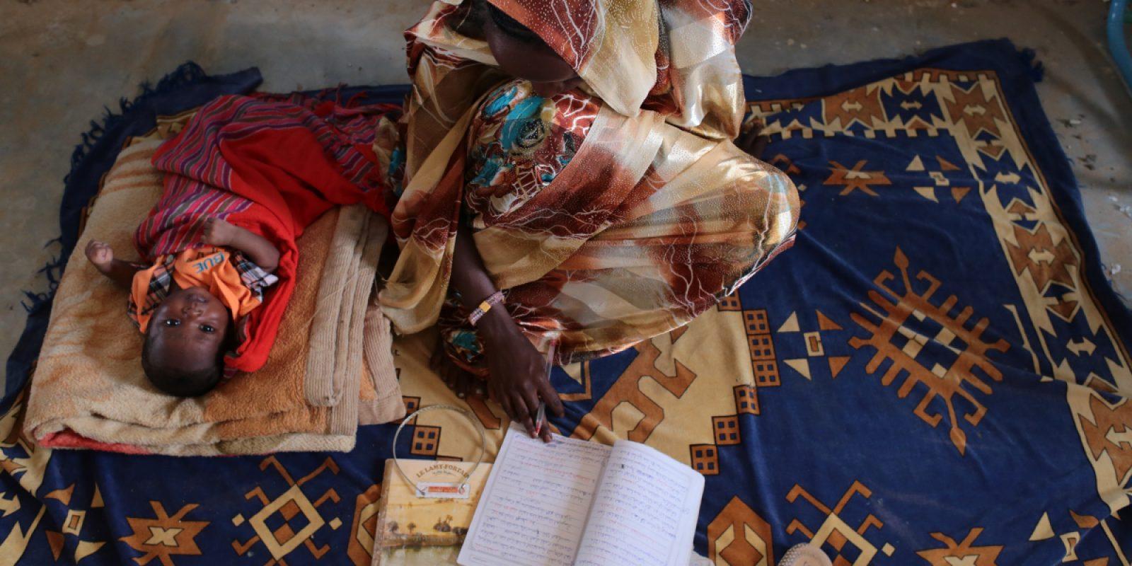 Noura estudia con su bebé a su lado. (Sergi Camara)