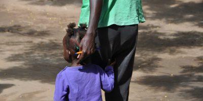 Una mujer y su hijo en el Espacio Seguro de Kakuma, Kenia. (Servicio Jesuita a Refugiados)