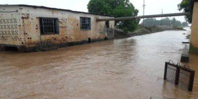 Inundaciones alrededor de un edificio en el campamento de Tongogara en Zimbabue. (Servicio Jesuita a Refugiados)