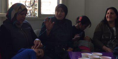 Mujeres y sus hijos se reúnen en el Líbano para compartir historias. (Servicio Jesuita a Refugiados)