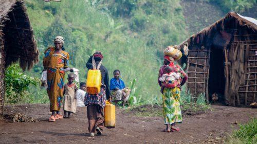 Les femmes et les enfants travaillent dans des refuges temporaires du camp de déplacés de Muhanga, dans l'est de la République Démocratique du Congo. (Jesuit Refugee Service)