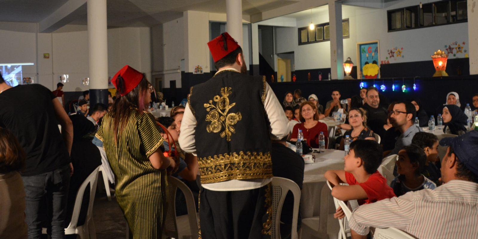 En el Líbano, durante el Ramadán, los estudiantes sirios refugiados y sus padres se reunieron para un Iftar, la cena con la que los musulmanes rompen el ayuno tras la puesta del sol durante el Ramadán, en el Centro Frans van der Lugt, en Bourj Hammoud. Al evento también asistieron las familias cristianas iraquíes del centro, que trajeron biryani [platos de arroz] caseros para compartirlos con los miembros de la comunidad musulmana, en un gesto de paz y solidaridad. (Servicio Jesuita a Refugiados)
