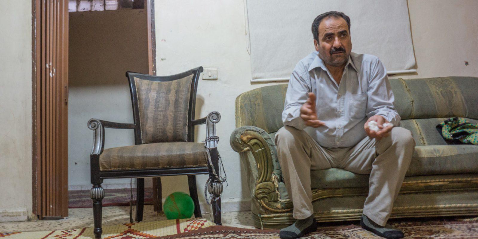 Un hombre comparte su historia en su apartamento de Beirut. (Don Don Doll SJ / Servicio Jesuita a Refugiados)