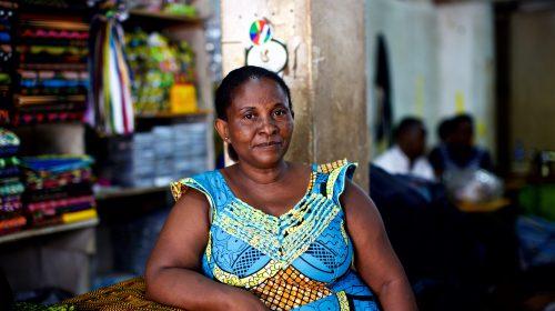 Tras graduarse del curso de emprendimiento del JRS, Jeannette recibió un microcrédito sin intereses del JRS. Ahora dirige su propio negocio en Kampala, Uganda. (Denis Bosnic / Servicio Jesuita a Refugiados)