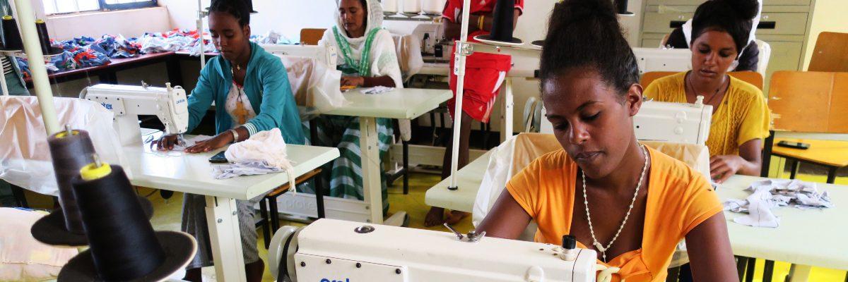 Des étudiantes en classe apprenant à fabriquer des serviettes hygiéniques. (Service Jésuite des Réfugiés)