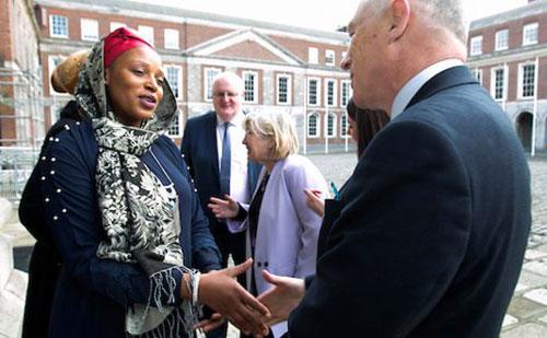 Fatima Mofokeng, participante du projet Fáilte de JRS Irlande, et David Stanton, ministre d'État de l'Égalité, l'Immigration et l'Intégration en Irlande.