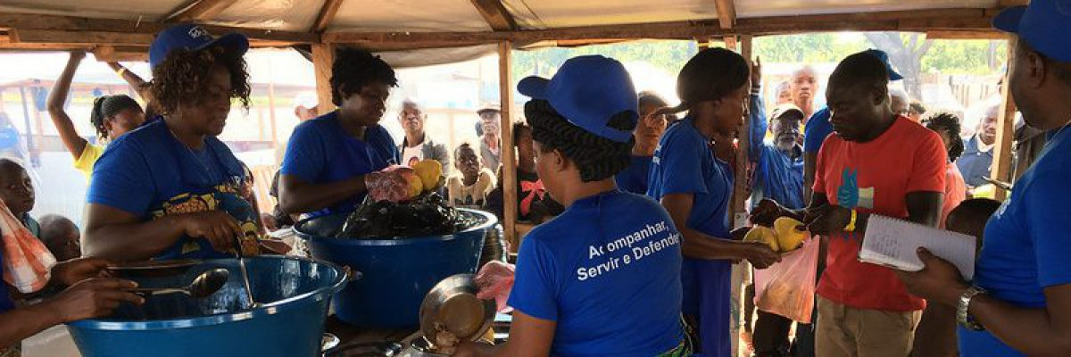 The JRS team in Angola serves the last dinner to the refugees who leave towards DRC on the first facilitated repatriation.