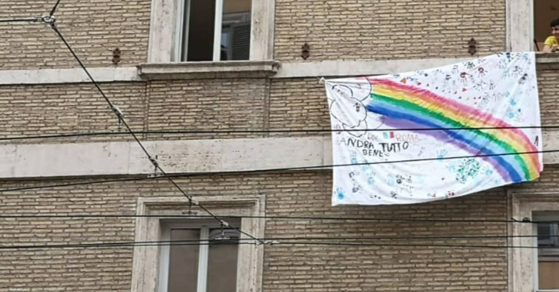 Des enfants réfugiés accueillis par Centro Astalli (JRS Italie) accrochent un message d'espoir sur une fenêtre.