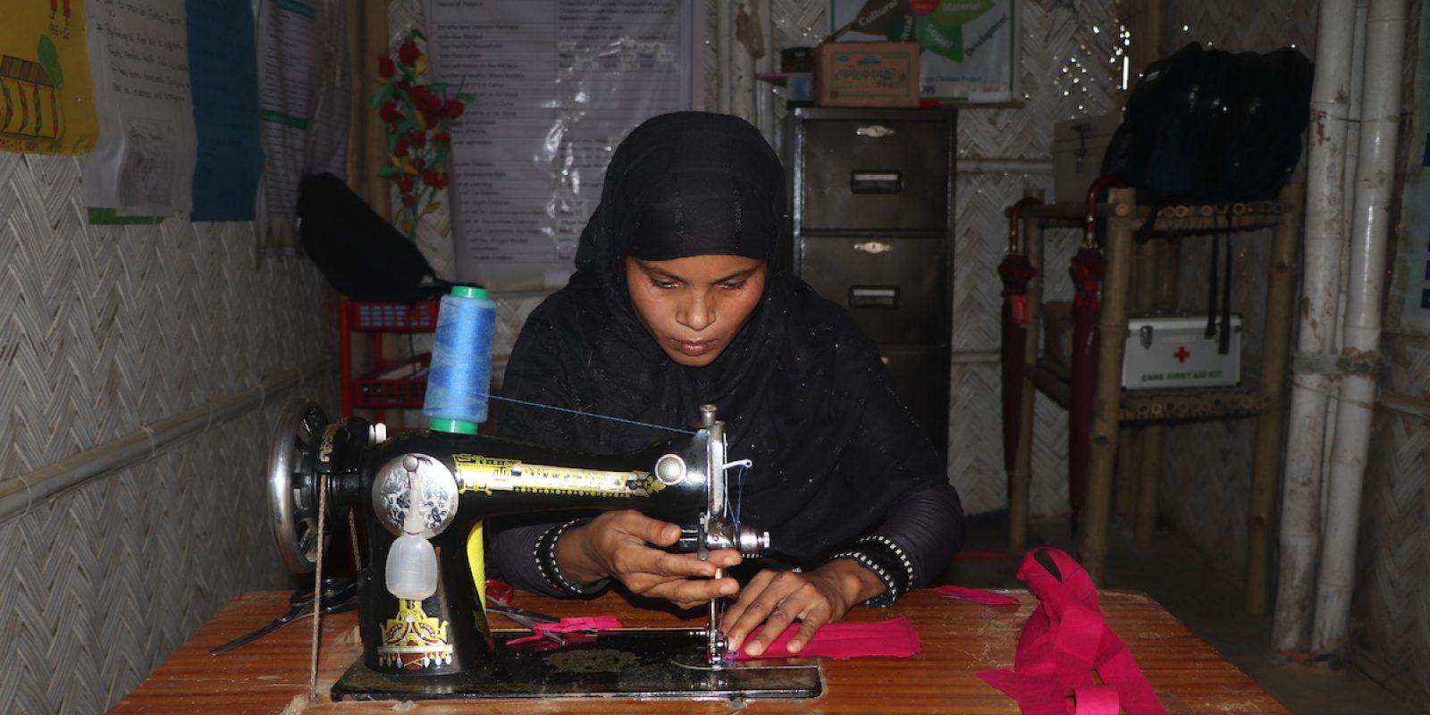 Hosneara puso en marcha un proyecto para enseñar a fabricar mascarillas a las adolescentes y juntas distribuyeron cientos de mascarillas a los niños de Bazar de Cox.