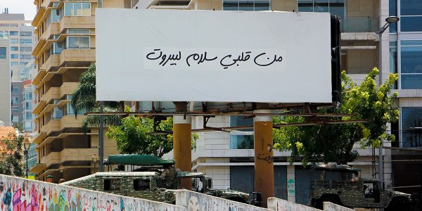 """Un panneau affiche une citation d'une chanson de Fairuz, une chanteuse libanaise, qui dit """"Une salutation de mon cœur à Beyrouth""""."""
